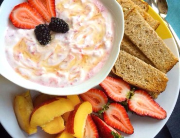 Strawberry-Breakfast-Yogurt-370x284